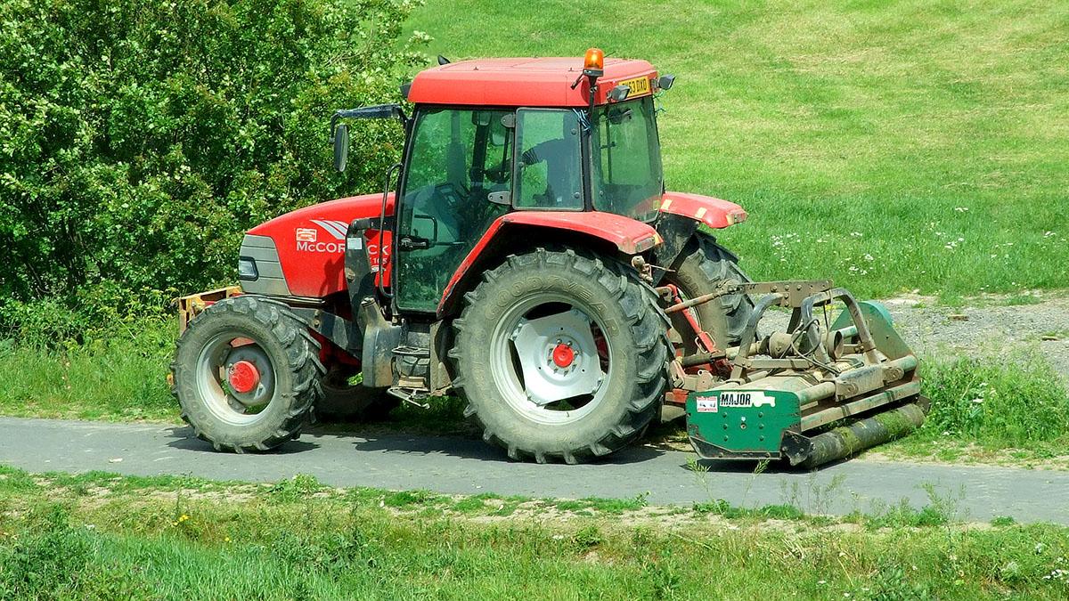 Un tractor es un vehículo agricola