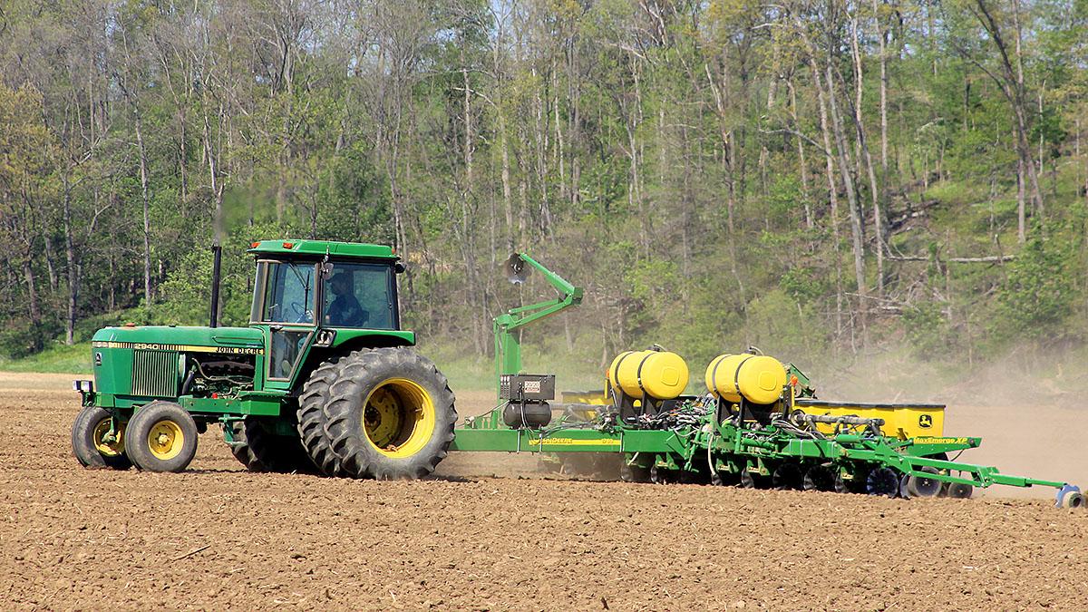 Un tractor agrícola trabajando en el campo